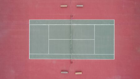 Up high view of an old tennis court where games are held Standard-Bild