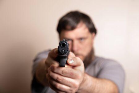 looking down the barrel of a pistol Standard-Bild