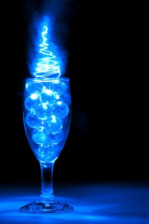 青い光の絵画で照らされたワイングラス 写真素材