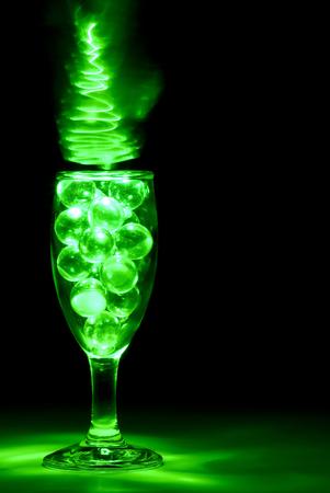 緑色の光の絵画で照らされたワイングラス 写真素材