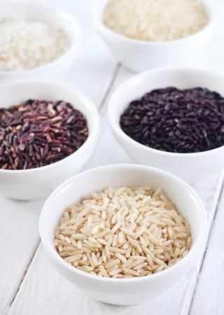 arroz blanco: Diferentes tipos de arroz crudo, arroz crudo en los tazones de fuente blancos Foto de archivo