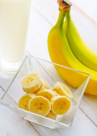 licuado de platano: Pl?tano fresco en el taz?n de vidrio, el pl?tano y la leche