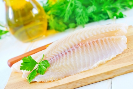 tilapiini: raw fish