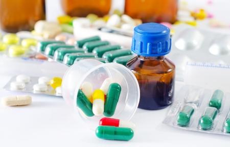 drogue: pilules de couleur et une bouteille m�dicale