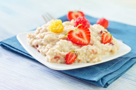 oat flakes with strawberry photo
