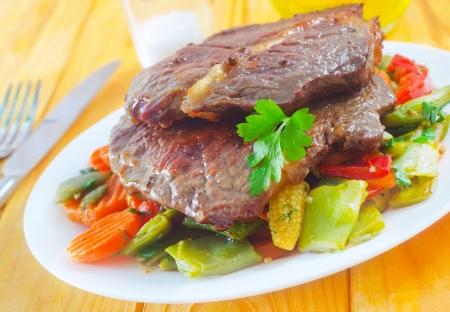 carnes y verduras: carnes al horno con verduras Foto de archivo