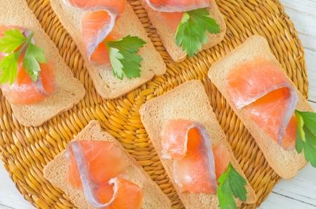 Toast mit Lachs und Petersilie Standard-Bild - 24035771