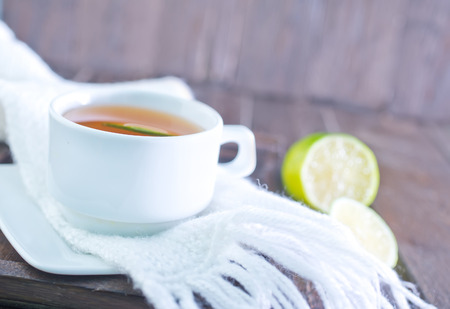 aansterken: fresh tea with lemon in the cup