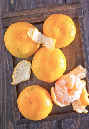 orange peel clove: mandarini in scatola di legno e su un tavolo