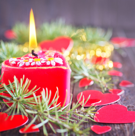 flamme: red candle and christmas decoration on the wooden table