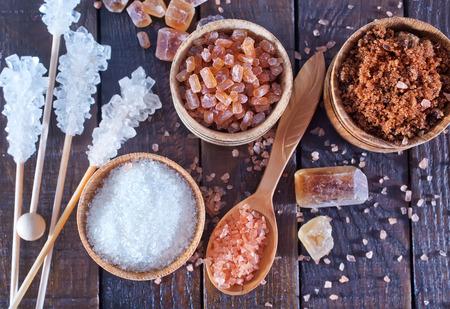azucar: az�car en el recipiente y en una mesa Foto de archivo