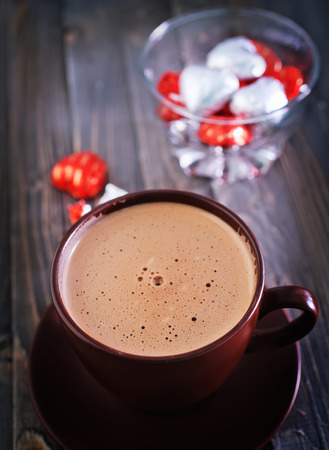 cacao drank in de beker en op een tafel