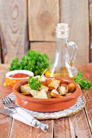 rosmarin: fried potato on plate and on a table