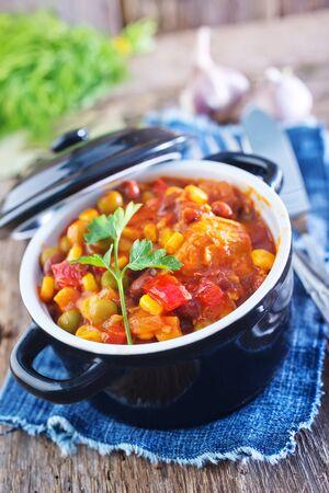 batata: mezclar las verduras en un taz�n y sobre una mesa Foto de archivo