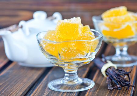 테이블에 그릇에 레몬 마멀레이드 스톡 콘텐츠