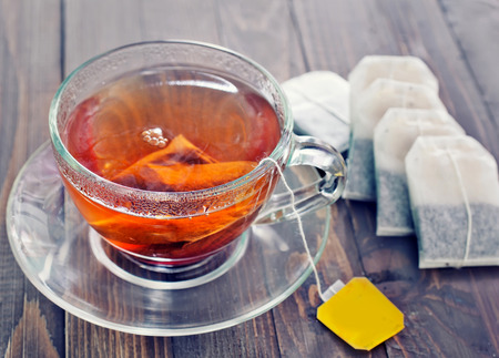 taza de te: t� en vaso de vidrio en la mesa de madera