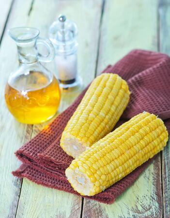 gekochter Mais auf Serviette und auf einem Tisch Standard-Bild