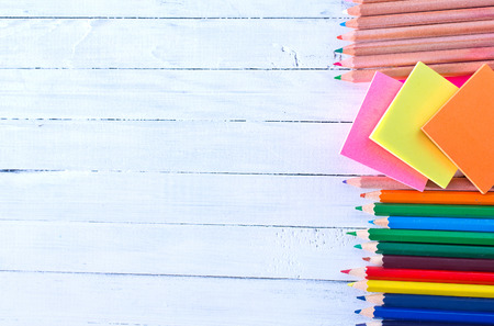 utiles escolares: fuentes de escuela en una mesa, lápices de colores Foto de archivo