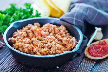 pavo: un plato de carne picada frita con tomates listos para tacos Foto de archivo