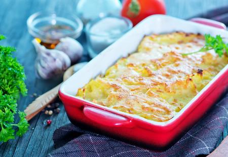 테이블에 치즈와 함께 감자 그라탕