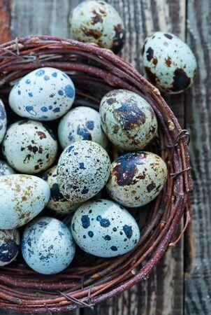 huevos de codorniz: huevos de codorniz en el nido y en una mesa