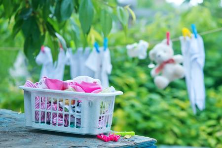 bebes niñas: ropa de bebé en cuerda en el jardín