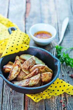 pancetta cubetti: patate fritte in padella e su un tavolo