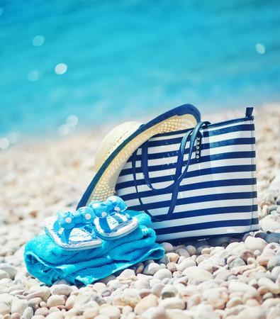 여름 배경, 바다 해변에 파란색 수건 스톡 콘텐츠