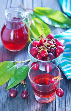 cereza: fresh cherry and fresh juice on the wooden table
