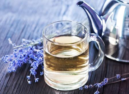 flor de lavanda: t� de lavanda en el vaso de vidrio y en una mesa