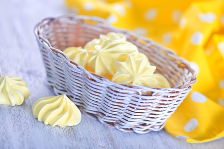 Colorear las mini merengues en la mesa de madera Foto de archivo - 47507376
