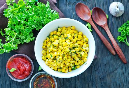 corn: ma�z frito con mantequilla y especias en el taz�n