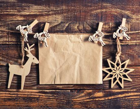 navidad elegante: papel con decoración de navidad en la tabla de madera Foto de archivo