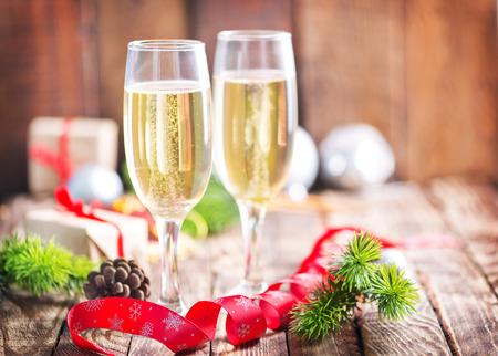 copa de vino: Fondo de la Navidad, decoraci�n de Navidad y champ�n