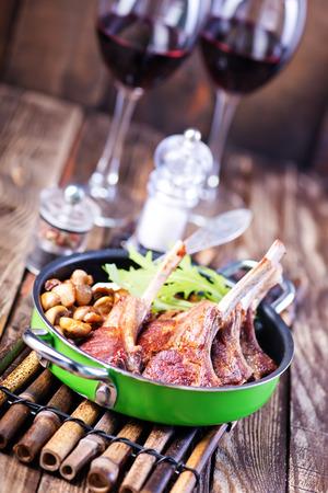 나무 식탁에 직접 만든 음식