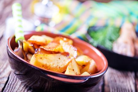 pancetta cubetti: pranzo fresca sul tavolo della cucina in legno Archivio Fotografico