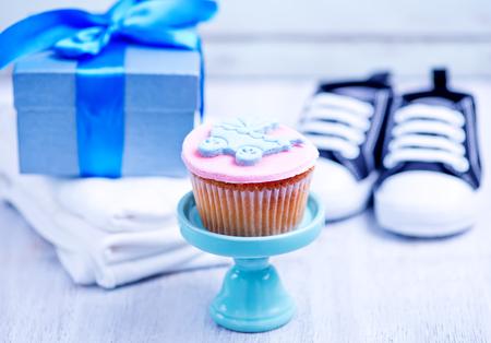 invitacion baby shower: una fiesta en honor del nacimiento de los ni�os, ropa de beb�