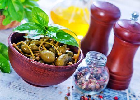alcaparras: alcaparras con pimienta y sal en el cuenco
