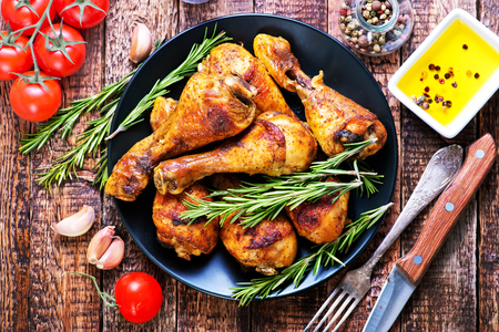 접시에 튀긴 닭고기와 테이블에 스톡 콘텐츠