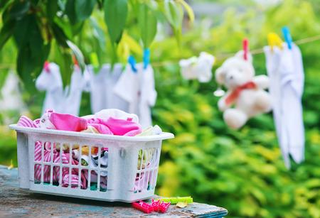 ropa de bebé en cuerda en el jardín Foto de archivo
