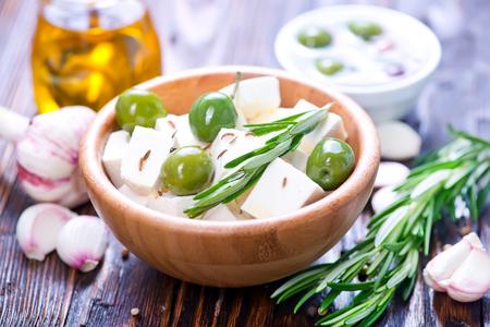 feta kaas met rozemarijn en groene olijven