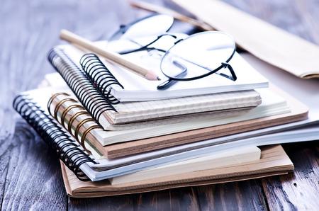 Stapel spiraalvormige notitieboekjes op een lijst