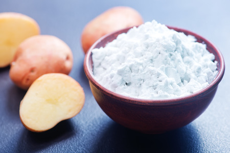 potato starch in bowl and on a table Standard-Bild