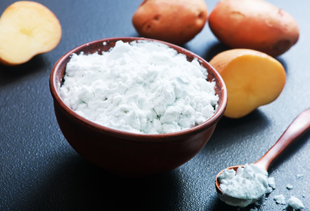potato starch in bowl and on a table Banque d'images