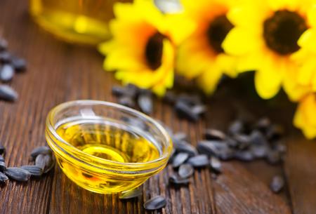 zonnebloemolie en zonnebloempitten op een tafel
