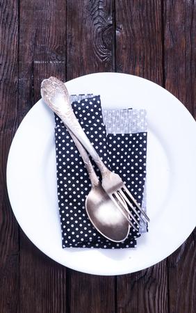 servilleta de papel: Cuchillo, cuchara y tenedor con la servilleta sobre el plato