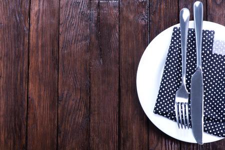 servilleta de papel: Cuchillo y tenedor con la servilleta sobre el plato