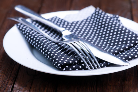 servilleta de papel: Knife and fork with serviette over dish