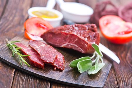 Gerookt vlees met kruiden op houten bord