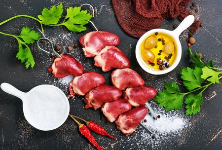 rauwe eend harten met kruiden en zout op een tafel Stockfoto